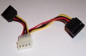 Adaptador del conector Molex macho a conector de alimentación SATA.